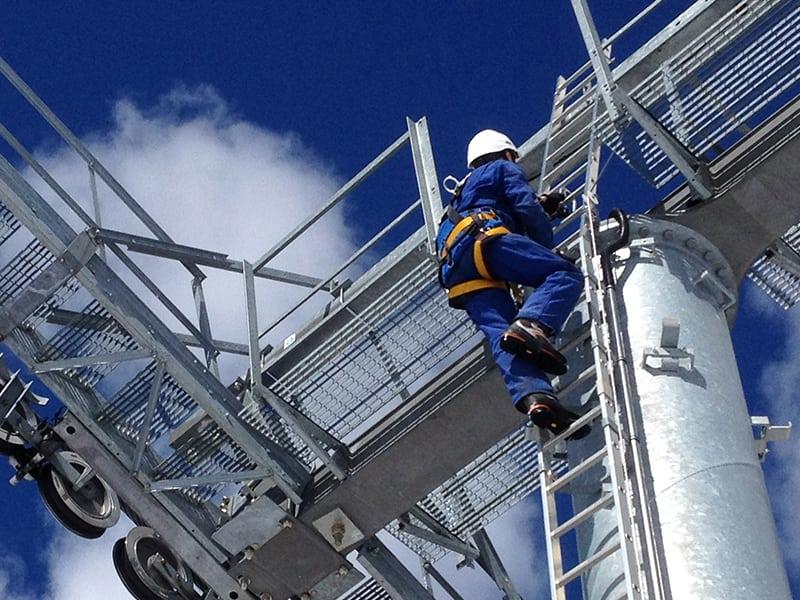 travail en hauteur sur pylone de remontée méacanique