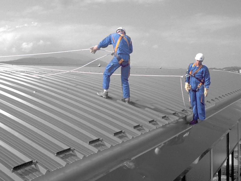 Travail avec une ligne de vie sur un toit en pente