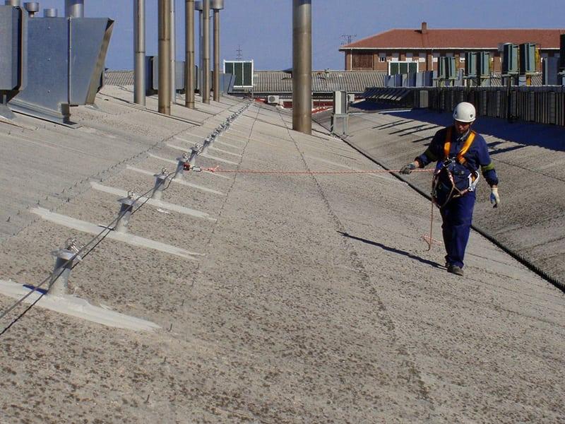 travail en hauteur sur toit avec une solution de protection individuelle