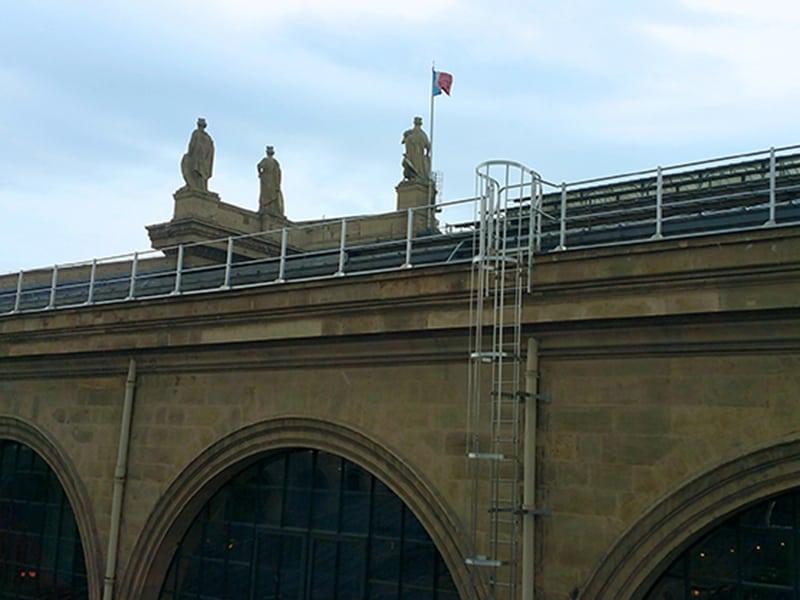 installation de garde corp sur le toit de la gare du nord à paris pour travail en hauteur en sécurité