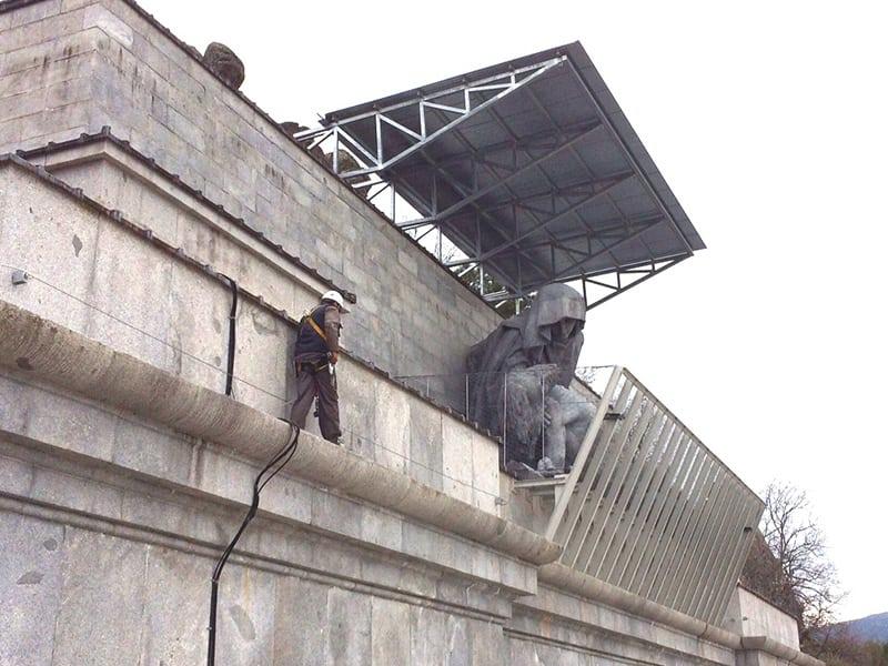 sécurisation des travaux en hauteur à l'aide d'une ligne de vie pour sécurité en hauteur
