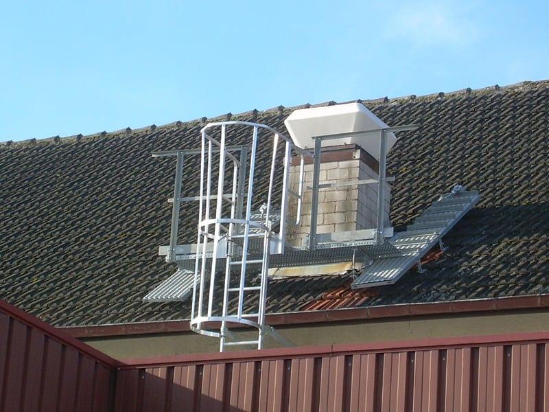 sécurisation d'un toit en pente à avec une echelle à crinoline