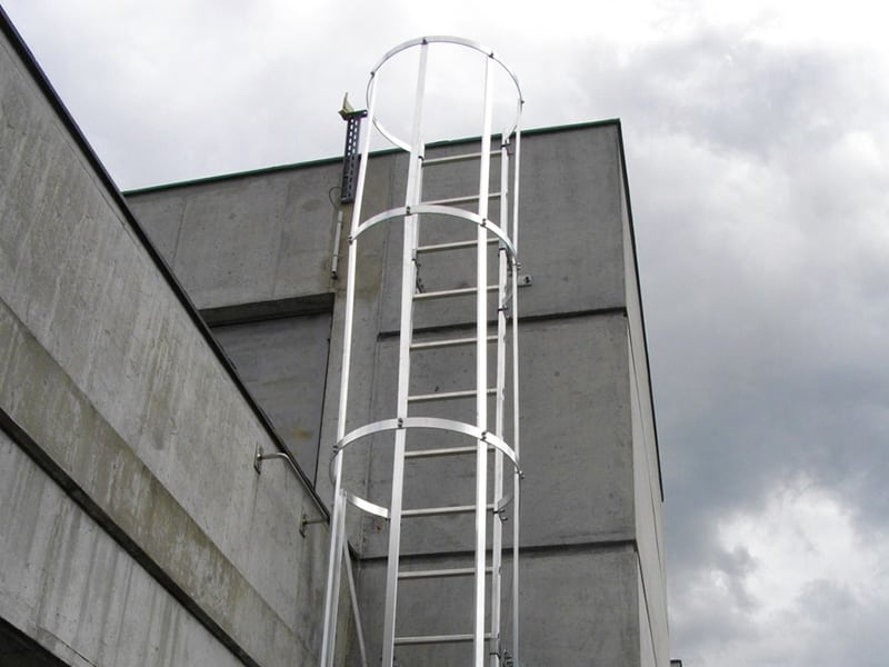 accès a la toiture par le biais d'une échelle à crinoline