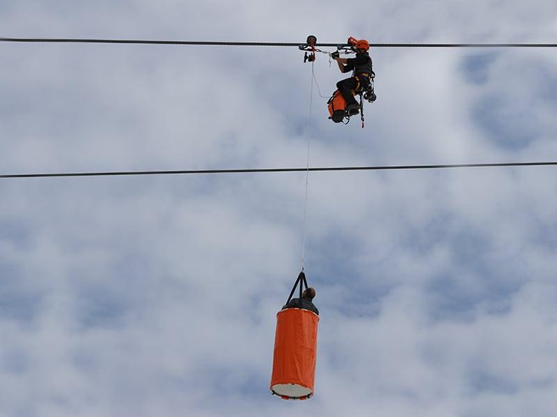 évacuer des skieurs bloqués sur un télésiège
