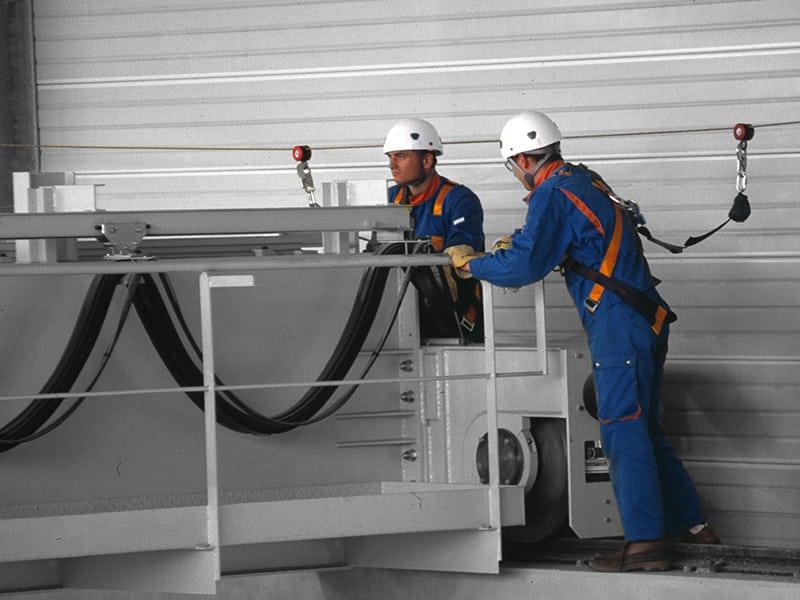 travail sur pont roulant avec une ligne de vie et un harnais de sécurité