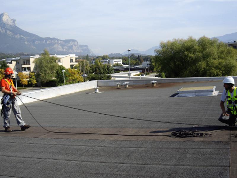 Formation sur toiture plate l'utilisation d'une ligne de vie