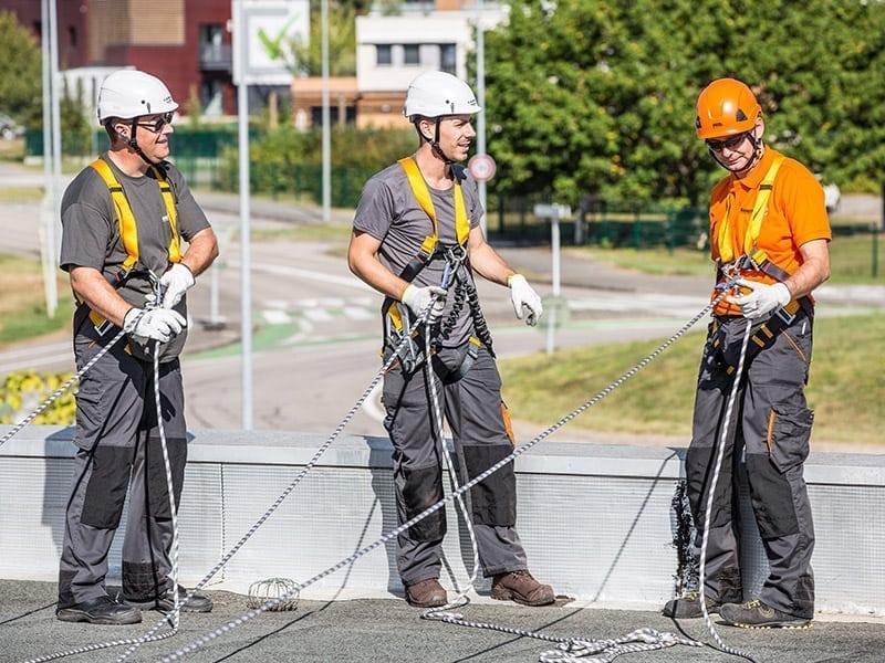Travail à l'aide d'une ligne de vie câble